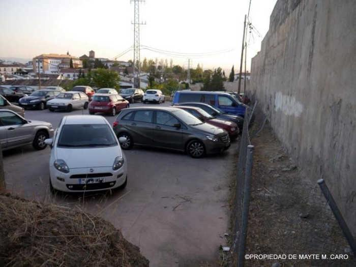 Coches aparcados junto a la Muralla de la Alberzana.