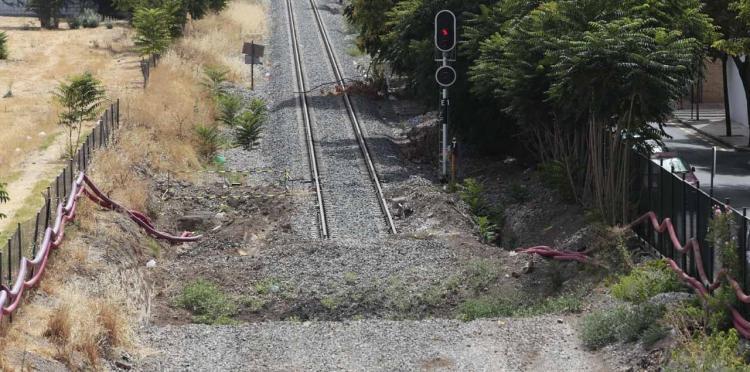 Vía del tren cortada en La Chana.