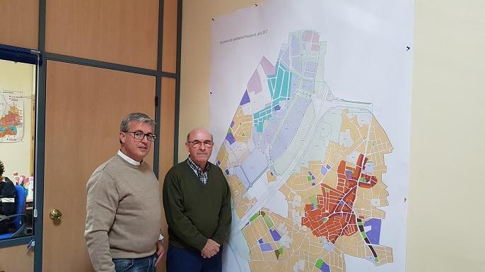 El concejal Ramón Fernández (izqda.) y el alcalde, Francisco Plata, junto al plano del nuevo PGOU