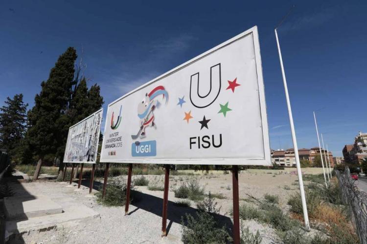 Cartel de la Universiada que estuvo instalado tras el pabellón.