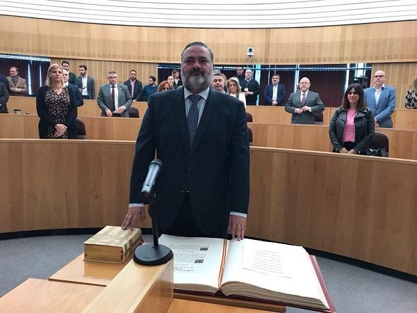 Pablo García al tomar posesión como diputado provincial.