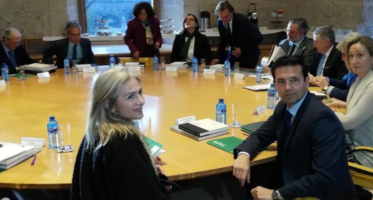 La consejera y el alcalde de Granada, en primer término, en la reunión del Patronato.