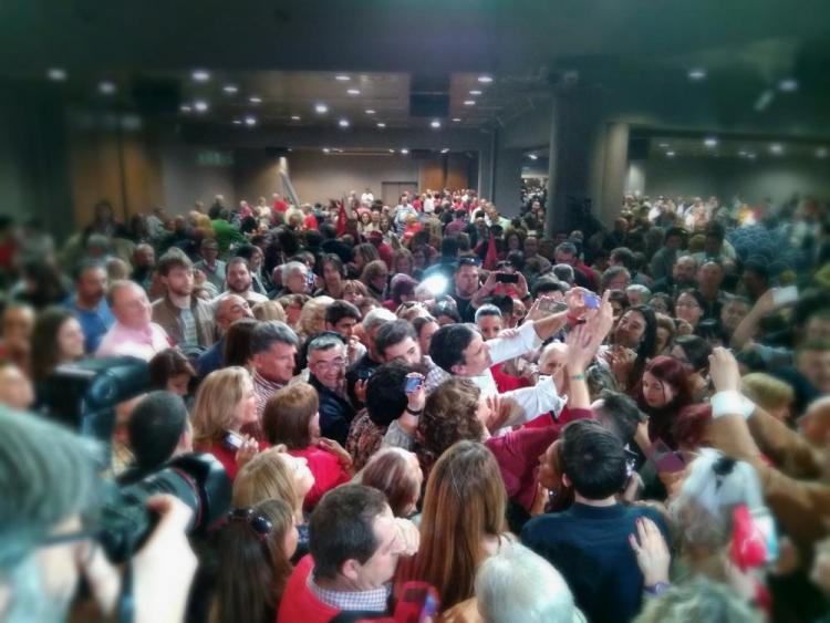 Pedro Sánchez, rodeado de seguidores al finalizar el acto.