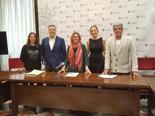 Pilar Rivas con los representantes del partido Por el bienestar de la gente.