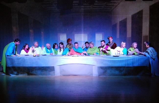 La corporación municipal ha celebrado el último pleno recreando 'La última cena', en homenaje a Leonardo Da Vinci.
