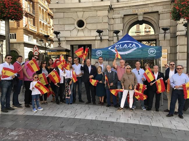 Sebastián Pérez y otros cargos y simpatizantes del PP, este mediodía en Puerta Real.