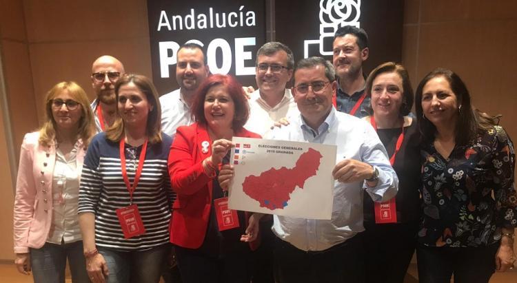 Entrena, junto a la candidatura socialista en la noche electoral del pasado domingo.
