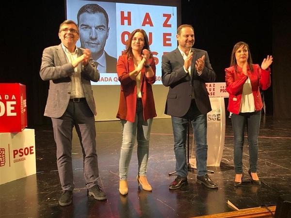 El ministro de Fomento con los candidatos socialistas y la alcaldesa de Las Gabias.