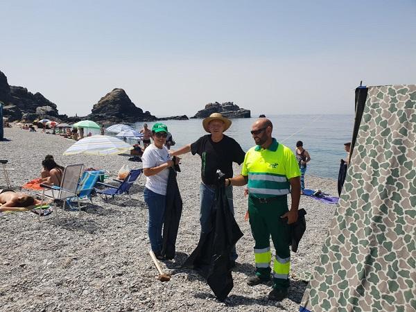 Reparto de bolsas en las playas de Almuñécar y La Herradura.