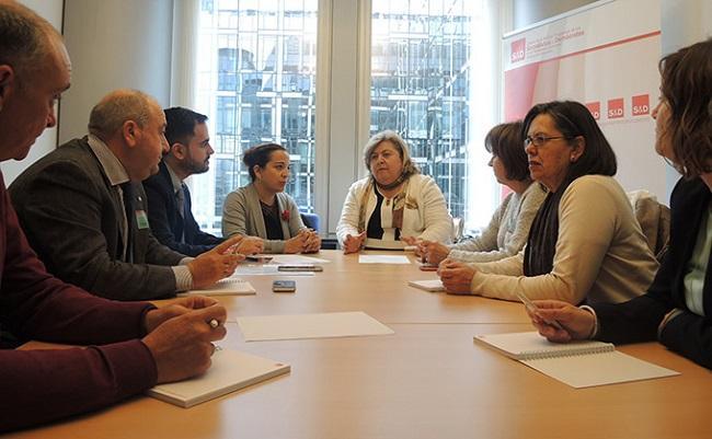 Iraxte García y Clara Aguilera, en la reunión con el grupo socialista de Lanjarón.