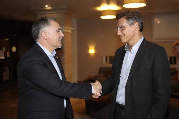 Santiago Pérez y Luis Salvador rubrican el acuerdo.