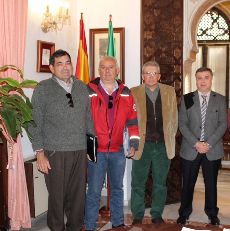 El subdelegado con los representantes de los regantes.