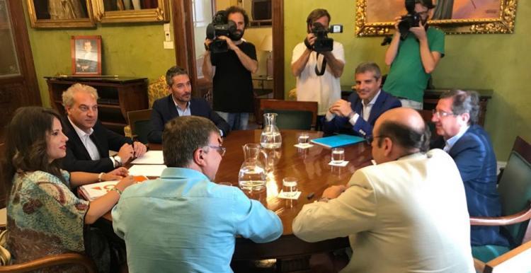 Primera reunión de los equipos negociadores del PP y Ciudadanos.