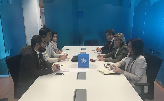Los representantes del PP con los miembros de La Ciudad Accesible.