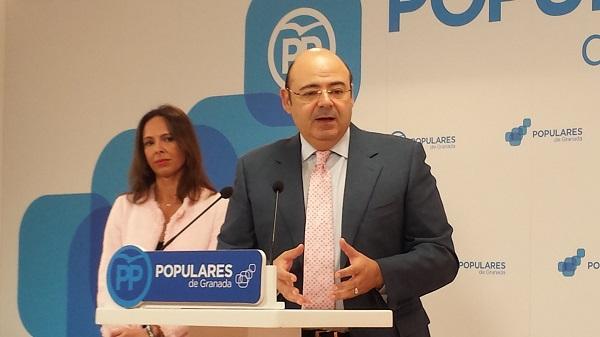 Sebastián Pérez en una rueda de prensa con Rocío Díaz.