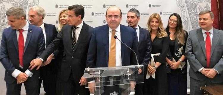 Sebastián Pérez, junto al alcalde y concejales del bipartito, en el balance de los cien días de gobierno.