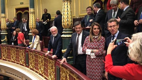 Susana Díaz, entre Alberto Núñez Feijoo y Javier Fernández, este jueves en el Congreso.