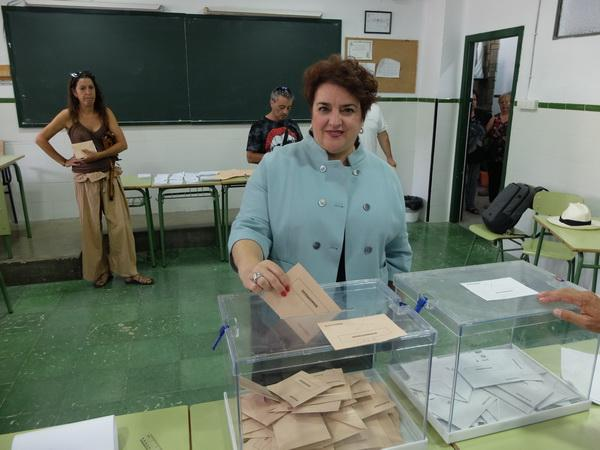 Teresa Jiménez ejerce su derecho al voto.