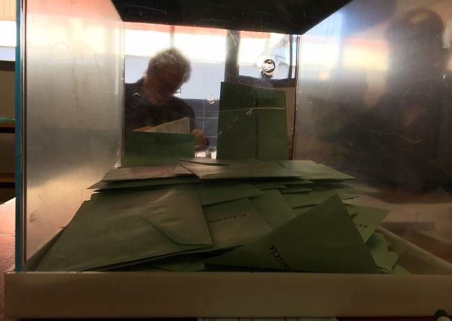 Urna en una mesa electoral de Granada.