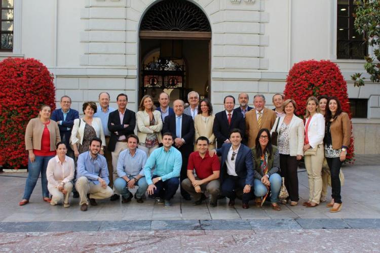 Torres Hurtado con su equipo de gobierno y resto de miembros de la candidatura.