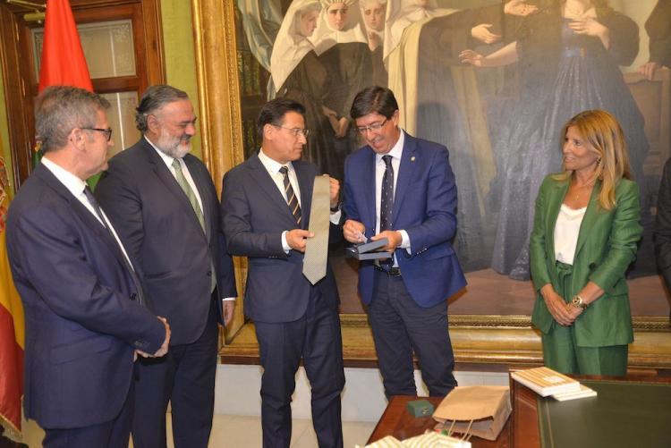 Marín recibe un obsequio del alcalde de Granada.