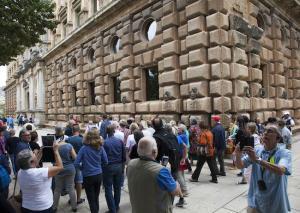 El Palacio de Carlos V, abarrotado de turistas.