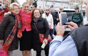 Cifuentes se fotografía con dos vecinas de Madrid en un acto, este jueves.