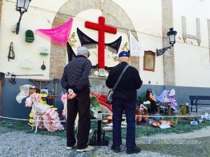 Dos ciudadanos observan una Cruz el pasado día 3 de mayo.