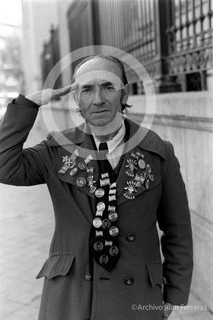 Fotografía de El Bananas, con el saludo militar que solía protagonizar.