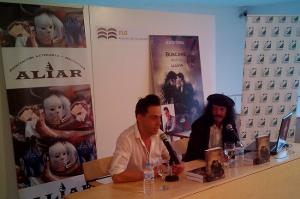 Paco Ayala, junto al autor, durante una de las presentaciones de 'Búscame bajo la lluvia'.