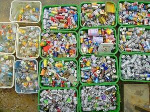 Contenedores con latas para ser recicladas.