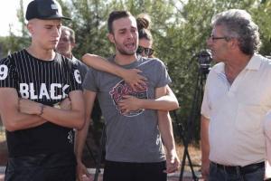 Alejandro es abrazado por su novia a las puertas de la prisión.
