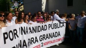Jesús Candel saluda a una de las asistentes en la multitudinaria manifestación del domingo.