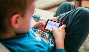 Un niño con el móvil de su padre, el inicio de este hermoso relato.