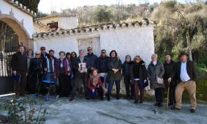Familiares de las víctimas de Pinos Genil con representantes de la Asociación Granadina para la Recuperación de la Memoria Histórica.