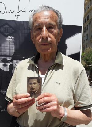 Gabriel Fernandez Valladares muestra la foto de su padre, Juan Fernández Rosillo.