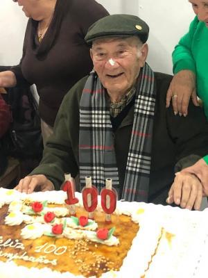 Antonio Álvarez Ortuño, celebrando sus cien cumpleaños el pasado sábado.
