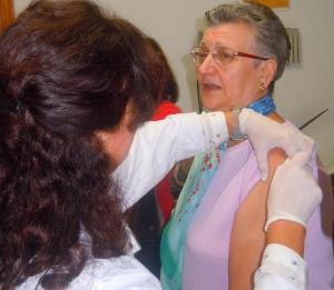 Una mujer se vacuna de la gripe en Granada.