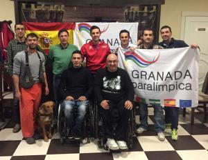 Los deportistas paralímpicos granadinos posan tras su asamblea.