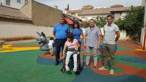 Autoridades municipales junto a una usuaria del nuevo parque infantil.