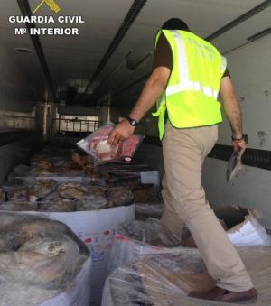 Un agente inspecciona los jamones y embutidos.