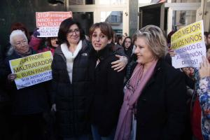 Juana Rivas (segunda por la derecha), arropada por vecinas y autoridades este martes a las puertas del Ayuntamiento.