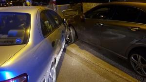 El vehículo embistió contra otros cuatro que estaban estacionados.