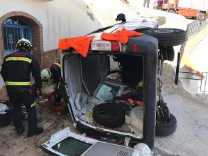 El vehículo ha caído por un desnivel de unos cinco metros.