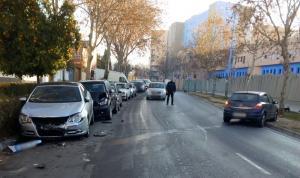 El conductor ha perdido el control y ha chocado con otros tres vehículos estacionados.