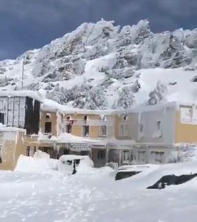 Así está el Albergue, en una imagen extraída de un vídeo que circula por las redes sociales, en el que varias personas intentan sacar vehículos totalmente enterrados en la nieve.