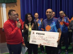 La alcaldesa entrega el cheque con lo recaudado.