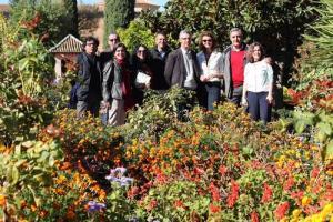 Autores del trabajo, junto a plantas del monumento.