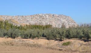 'Montaña' de residuos denunciada por la formación política.