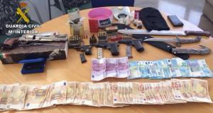 Armas, dinero y otros objetos decomisados en la operación.